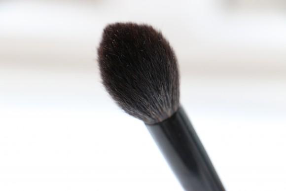 2: Til pudder, blush og highlighter. Min yndling fra samlingen da den er ultra bløg og lille for en blush pensel, lige som jeg foretrækker.